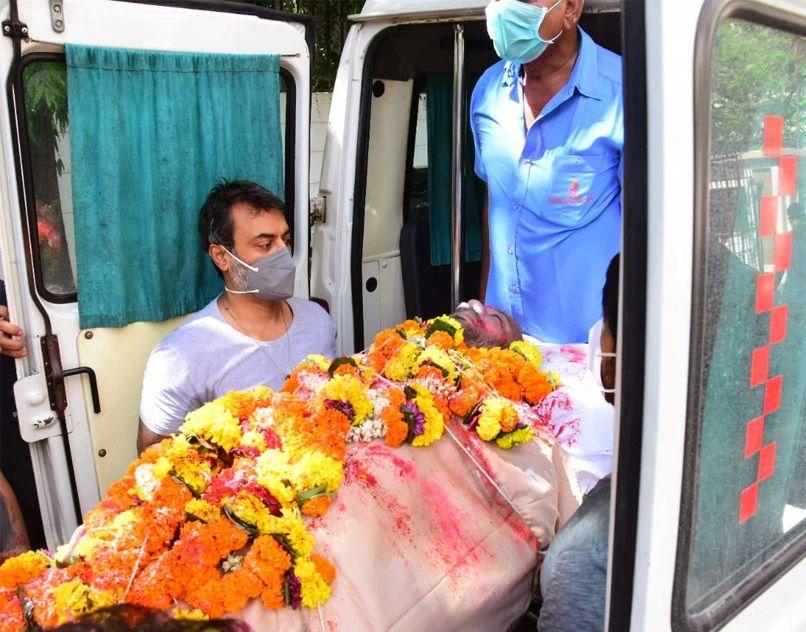 Mandira Bedi in Husband Funeral Images