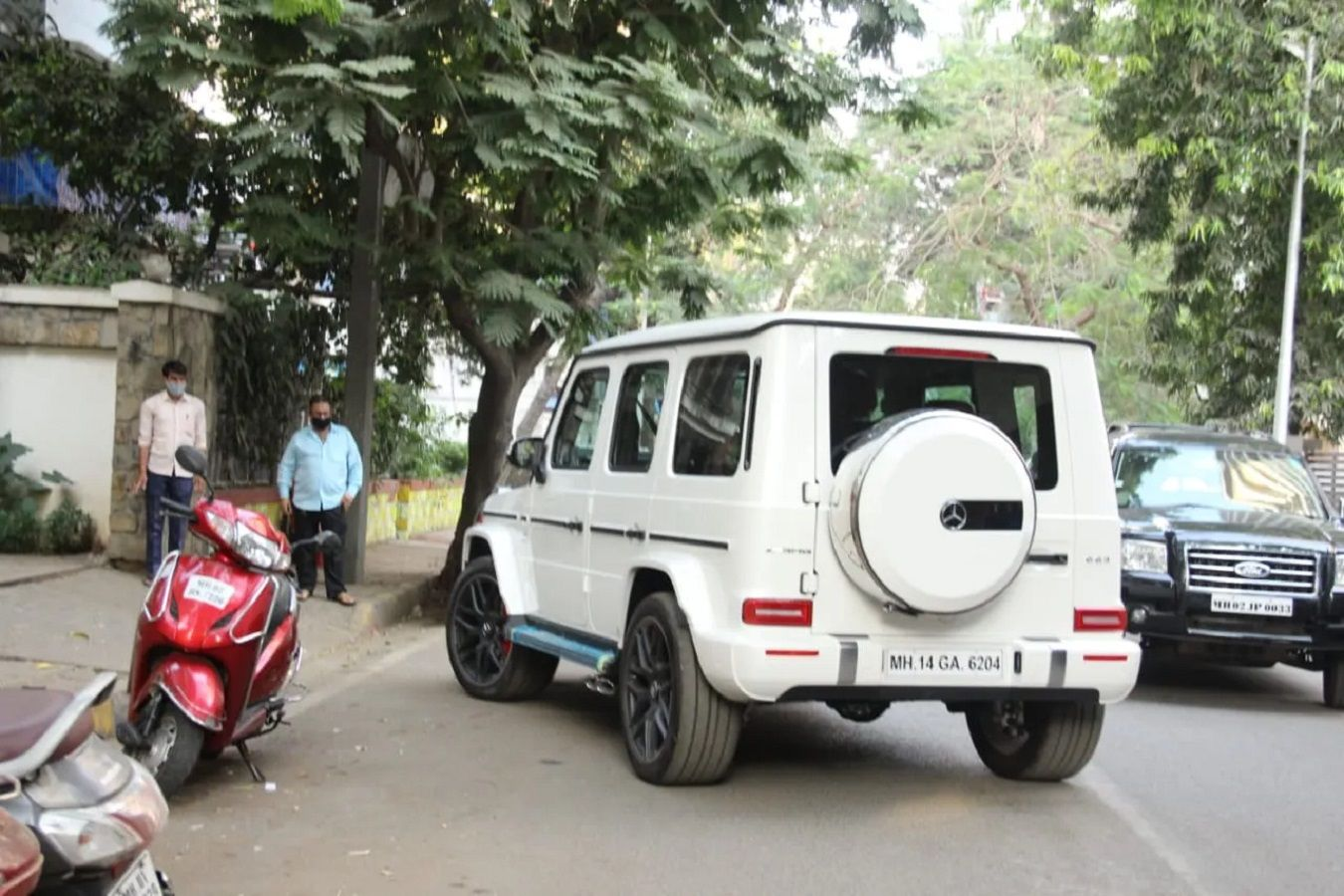 Saif Kareena New Car 3.jpg