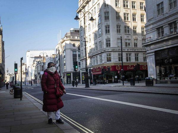 कोरोना वायरस : ब्रिटेन में बिगड़ी स्थिति, लंदन के अस्पतालों में मरीजों की भीड़ से 'सुनामी' जैसे हालात