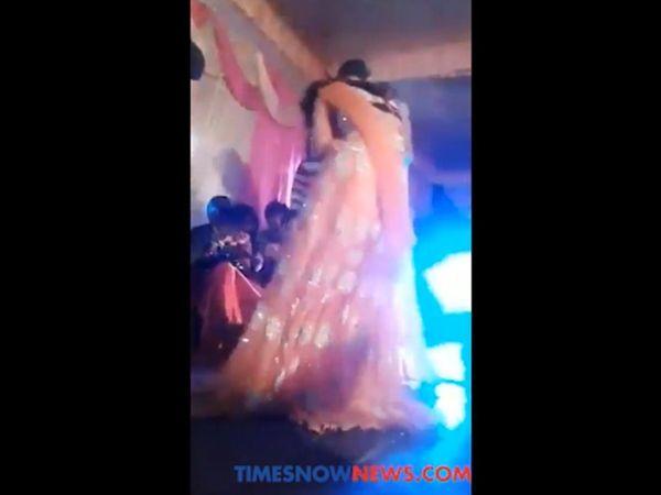 यूपी : शादी समारोह में महिला डांसर कर रही थी डांस, रूकने पर मार दी गोली, [VIDOE]