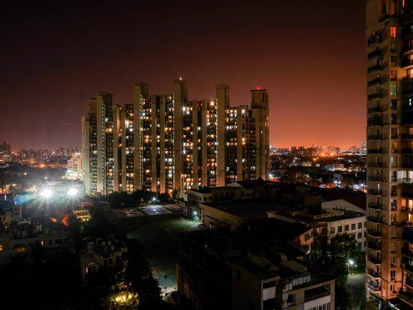 Mass suicide in Ghaziabad: गाजियाबाद में 8वीं मंजिल से 2 महिलाओं के साथ कूदा शख्स, पहले ले ली बेटियों की जान