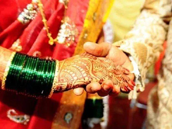 """Khaskhabar/मध्य प्रदेश के मुरैना में """"दूल्हा-दुल्हन और साली"""" का अजीबो-गरीब मामला सामने आया है. शायद ही कभी सुनने में आया हो कि शादी होने के बाद भी"""