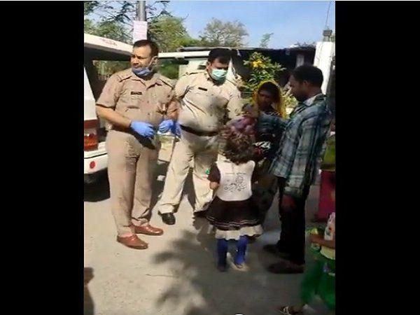 Lockdown के दौरान पुलिस सिर्फ पीट नहीं रही, नोएडा पुलिस ने दिव्यांग की इस तरह की मदद