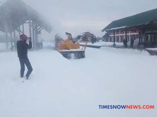 कश्मीर में भारी बर्फबारी, स्नो कटर से साफ किया जा रहा है रेलवे ट्रैक[VIDEO]