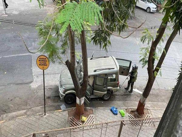 Antilia case: एंटीलिया के बाहर पीपीई किट में शख्स कौन था, सचिन वाझे या कोई और