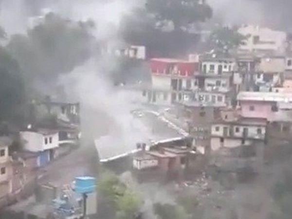 Khaskhabar/उत्तराखंड के देवप्रयाग में बादल फटने से भारी तबाही मच गई। हादसे से इलाके के शांति बाजार में कई दुकानें बह गईं। एक आईटीआई का तीन मंजिला भवन भी पूरी तरह से ध्वस्त हो गया। देवप्रयाग नगर से