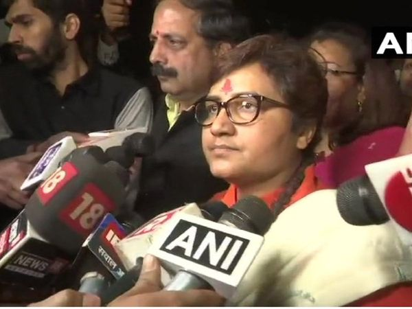 Pragya Thakur BJP MP sits on dharna outside police station in Bhopal against Congress MLA's remarks