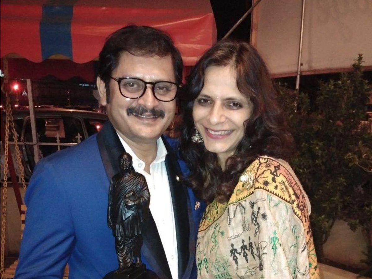 मिलिये 'भाबीजी घर पर हैं' के मनमोहन तिवारी की रियल लाइफ बीवी से, कैंसर  रिसर्च के लिए करती हैं काम, bhabiji ghar par hain fame rohitash gaud aka  manmohan tiwari real life