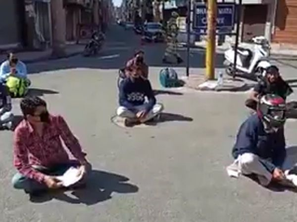 jk police take there class in the middle of the road violators forced to chant various lines for repentance