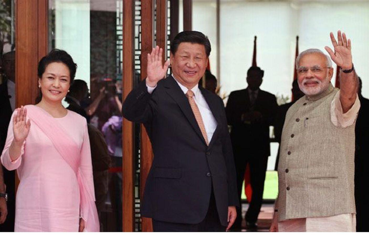 2014 के भारत दौरे के दौरान प्रधानमंत्री नरेंद्र मोदी के साथ शी जिनपिंग और उनकी पत्नी पेंग लियुआन